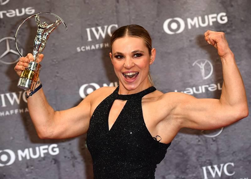 Oksana Masters posa con el Premio Laureus a la mejor deportista con discapacidad
