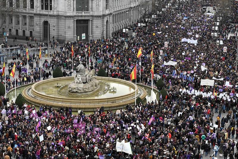 La manifestación del 8M en Madrid a su paso por la plaza de la Cibeles.