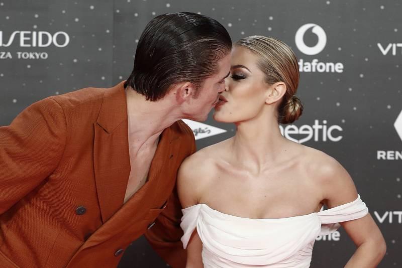 Jessica Goicoechea y River Viiperi, posando juntos en los premios 40 Principales en Madrid en noviembre de 2019.