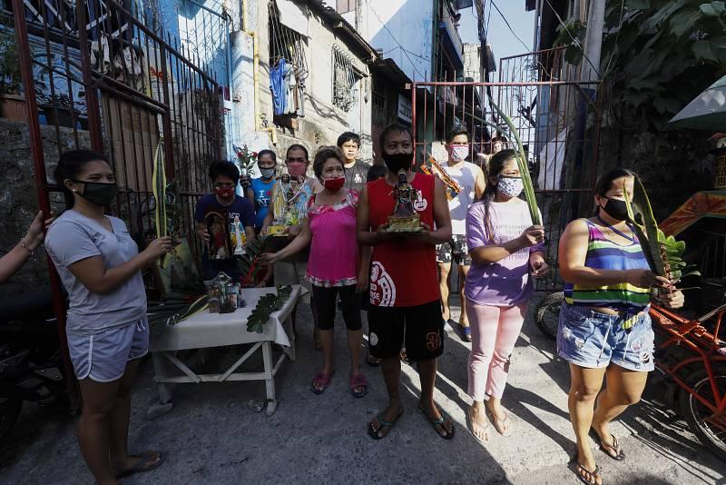 Fieles católicos en Ciudad Quezón (Filipinas) se protegen con máscaras en este Domingo de Ramos.