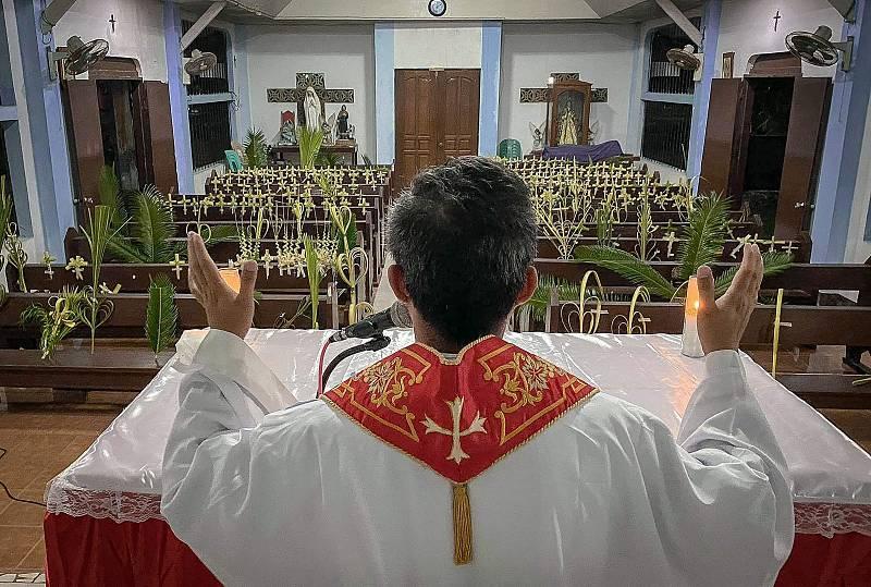 Un sacerdote celebra la misa del Domingo de Ramos en una iglesia vacía de la ciudad de Borongan, en Filipinas.