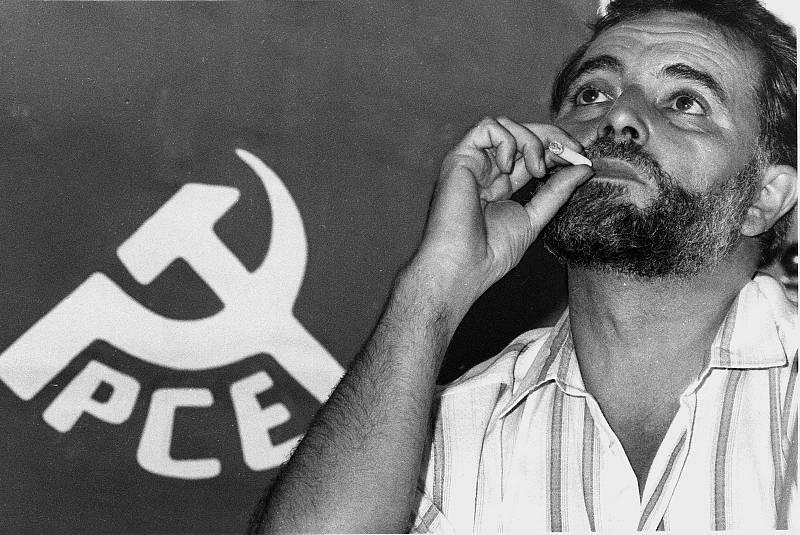 Imagen de archivo datada el 28 de septiembre de 1989 de Julio Anguita en Anchuras (Ciudad Real). Maestro de profesión, siempre trató de llevar a la política su faceta educadora y se caracterizó por elaborar sus discursos y alianzas parlamentarias en