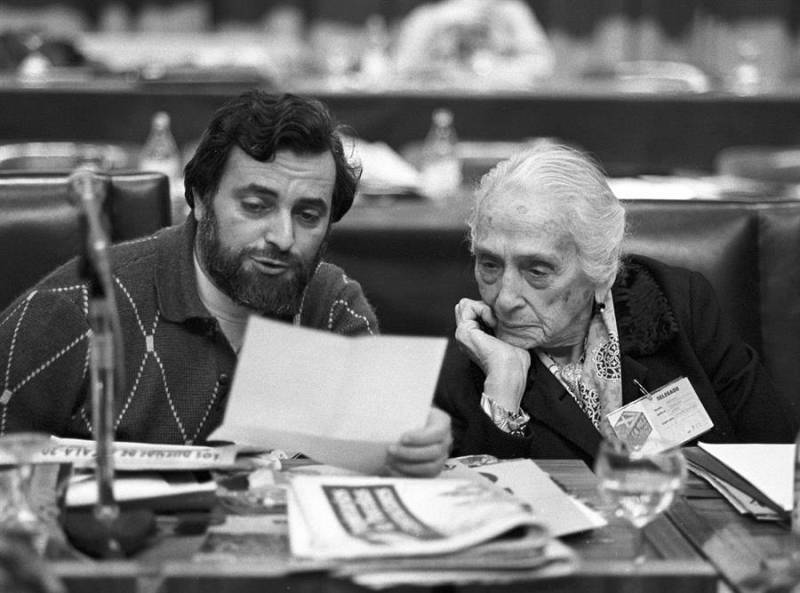 Julio Anguita, presidente del XI Congreso del Partido Comunista de España (PCE), conversa con la presidenta del partido, Dolores Ibárruri, durante una sesión del plenario en 1983.