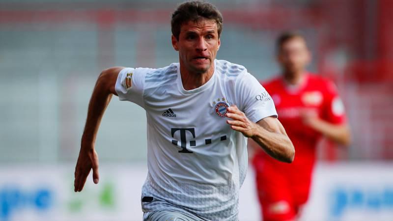 Imagen: Thomas Müller esprinta en el partido del Bayern en el campo del Unión Berlín
