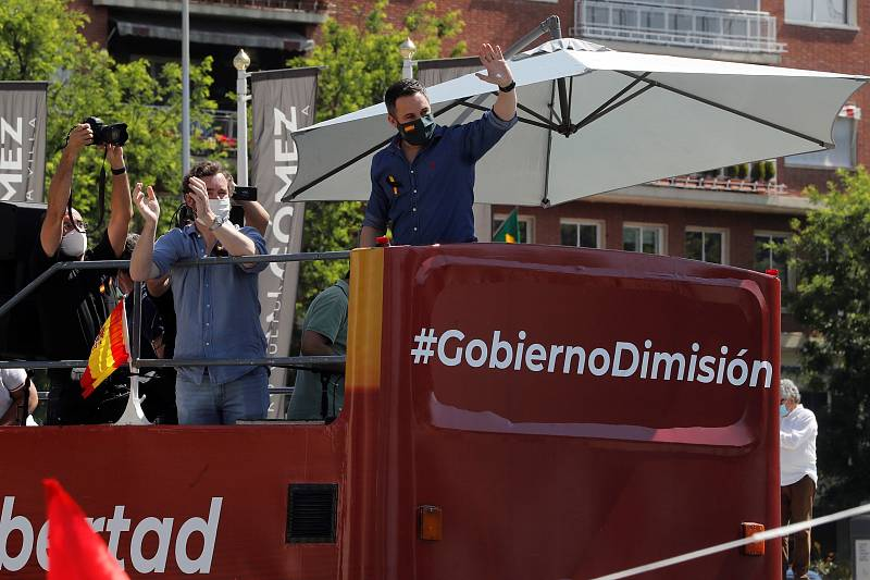 El líder de Vox, Santiago Abascal (d), en un autobús durante la manifestación en coche en Madrid.