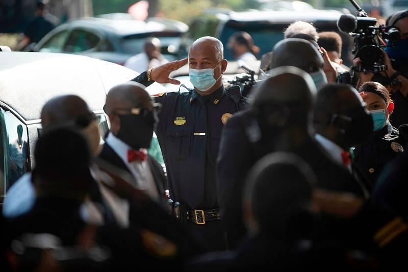 Agentes de policía prsentan sus respeto a George Floyd