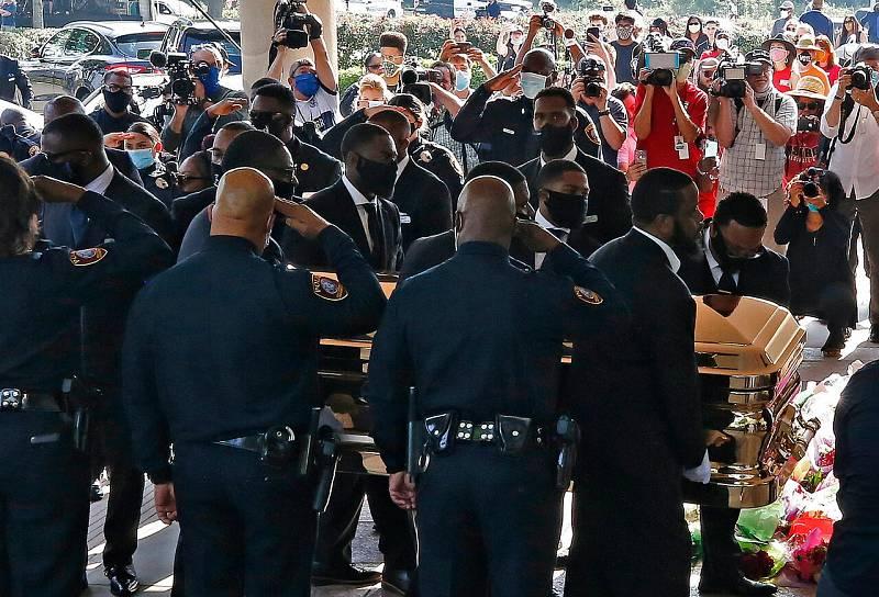 Varias personas cargan el ataúd dorado a su llegada a la iglesia