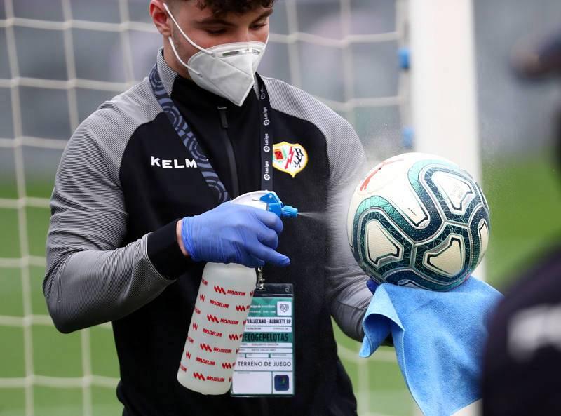 Un recogepelotas desinfecta los balones antes del Rayo-Albacete.