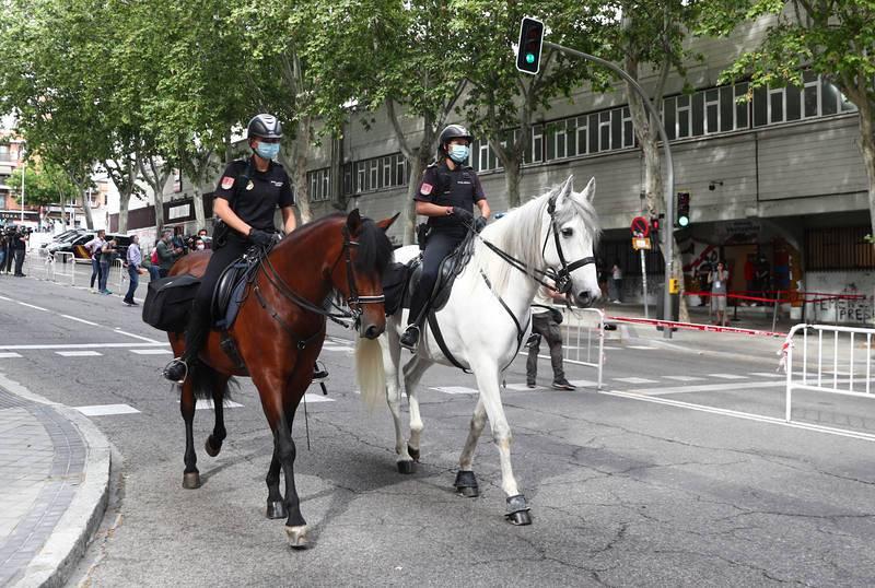 Policías a caballo y con mascarilla en las inmediaciones del estadio de Vallecas.