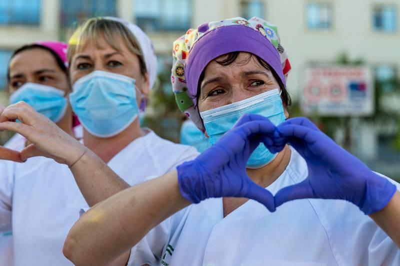 Personal sanitario del hospital Carlos Ayala de Málaga agradecen los aplausos por su trabajo en la pandemia del coronavirus.