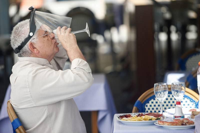 Desayuno en una terraza de la Barceloneta durante del primer día de la fase 1 de Barcelona.