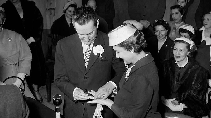 El periodista francés Pierre Galante y Olivia de Havilland, durante su ceremonia de boda en Yvoy-le-Marron, en 1955.