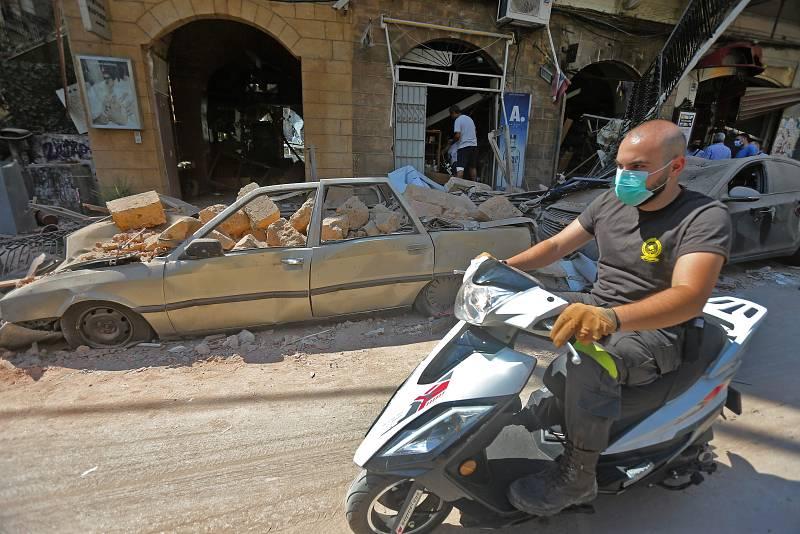 Un hombre con mascarilla conduce su motocicleta en el distrito comercial Gemmayzeh