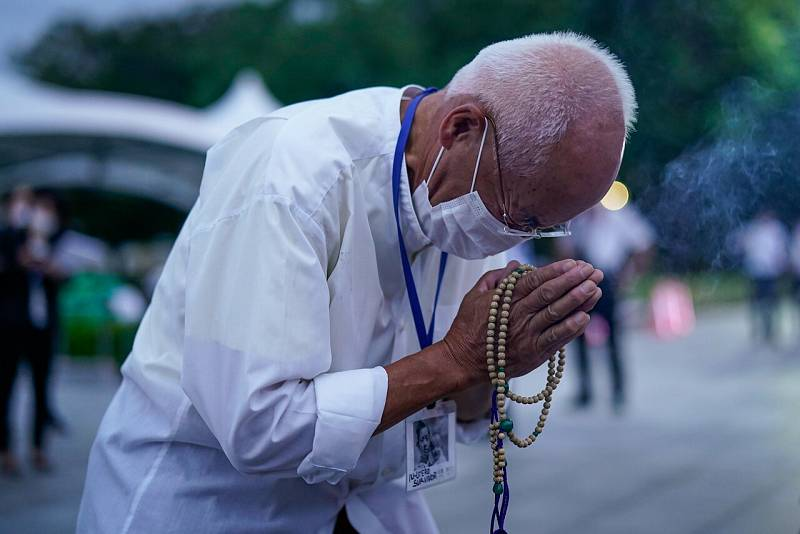 Un superviviente del bombardeo reza por las víctimas frente a un cenotafio en el Parque Memorial de la Paz en Hiroshima.