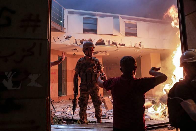 Un manifestante habla con un soldado en la sede de la asociación libanesa de bancos, en el centro de Beirut