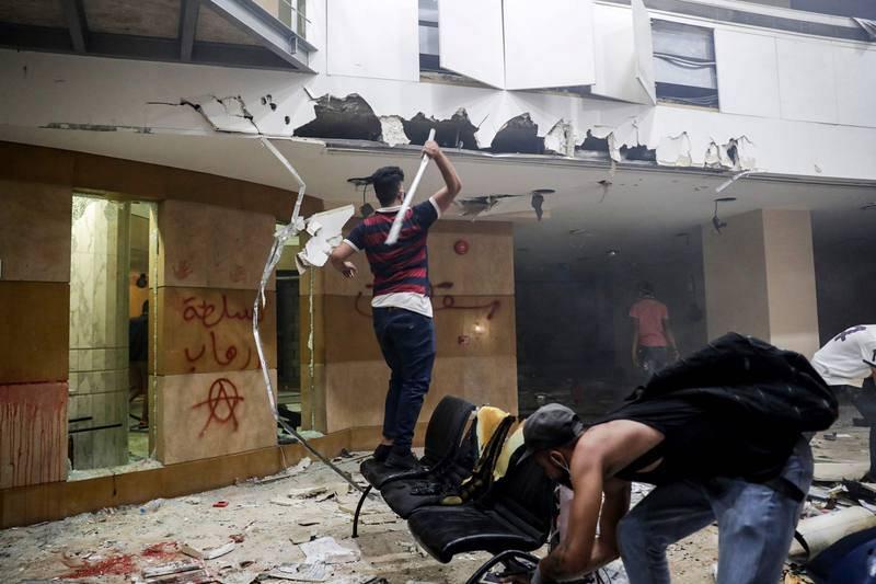 Un grupo de manifestantes destroza el interior de la asociación libanesa de bancos, en el centro de Beirut