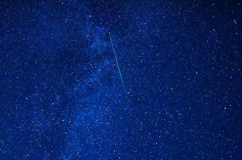Un meteorito atraviesa el cielo durante la lluvia de Perseidas sobre el pueblo de Gresnica, a unos 90 km al oeste de Skopje, República de Macedonia del Norte.