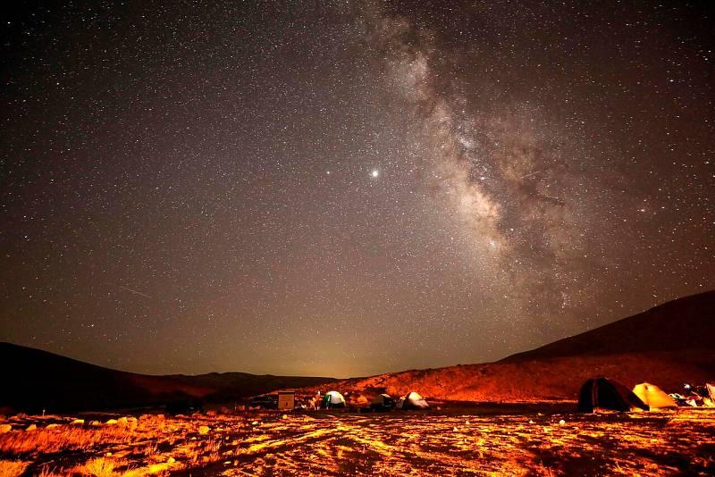 Un meteoro de las Perseidas cruza el cielo sobre un campamento en el desierto de Negev cerca de la ciudad de Mitzpe Ramon, en Israel.