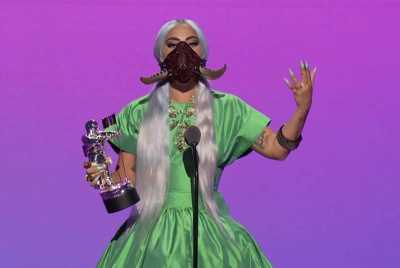 """La cantante y compositora estadounidense, Lady Gaga, recoge el premio a la canción del año por """"Rain On Me"""" durante los MTV."""