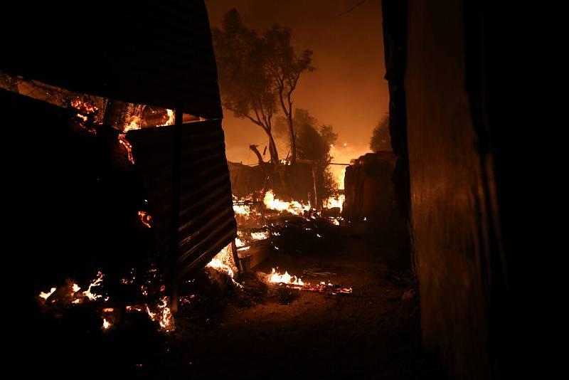Las llamas deboran el campamento de Moria