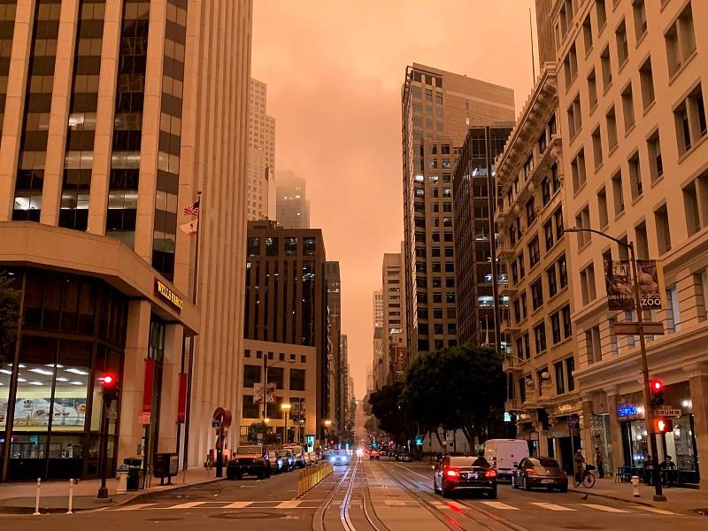 Vista del cielo anaranjado casi rojo que tiñe el ambiente por el intenso humo de estos días a causa de los incendios declarados en California (EE.UU.).