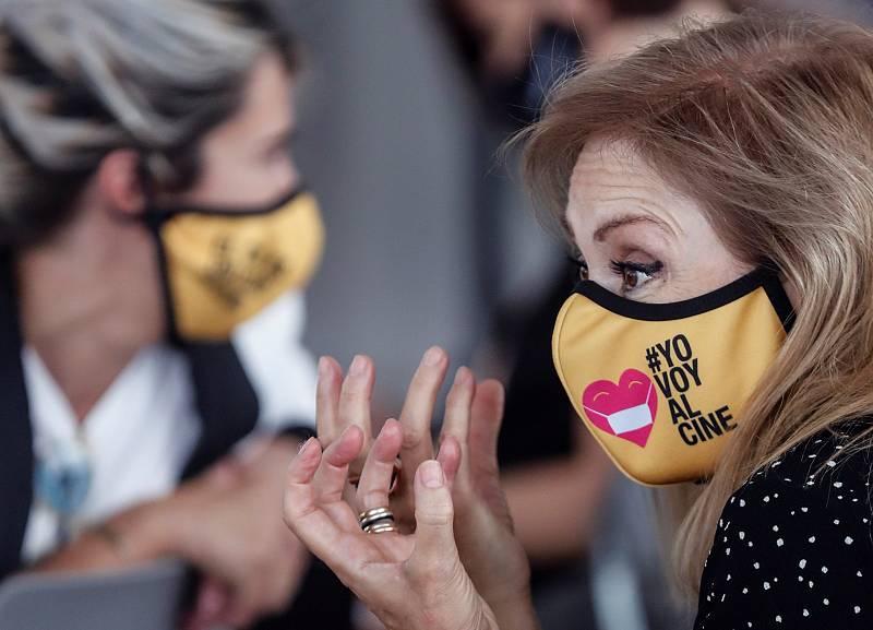 """Una mujer lleva una mascarilla con el lema """"Yo voy al cine"""""""