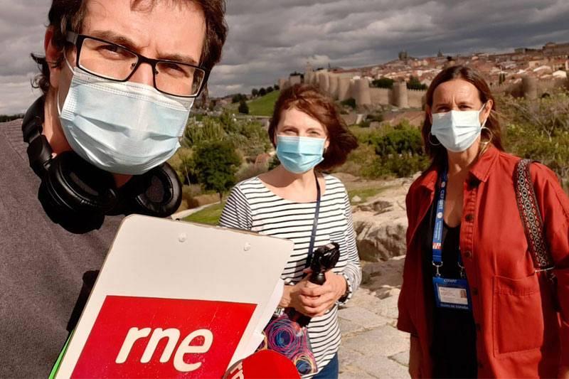 Álvaro Soto, Lucía Sánchez y Carmen Zujeros grabando desde los Cuatro Postes.