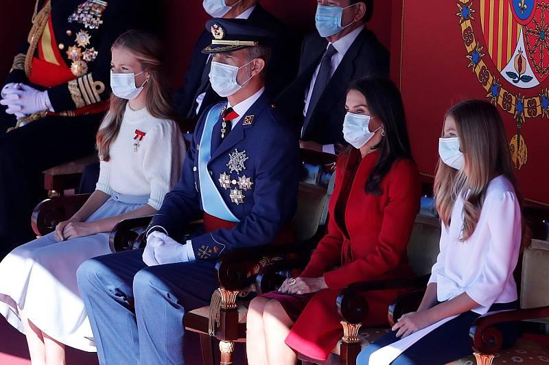 Los reyes Felipe y Letizia, junto a la princesa Leonor y la infanta Sofía durante el pequeño desfile militar en el acto organizado con motivo del Día de la Fiesta Nacional, en Madrid este lunes.