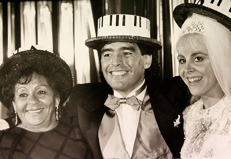 Maradona fue el quinto de ocho hijos. En 1989 se casó con Claudia Villafane, con quien estuvo casado 13 años y tuvo dos hijas, Dalma y Gianina.