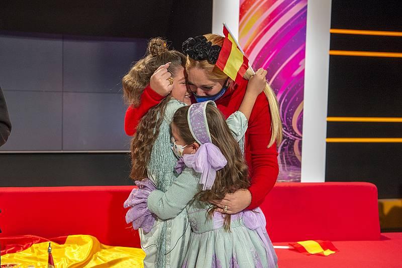 Soleá se abraza a su madre y su hermana