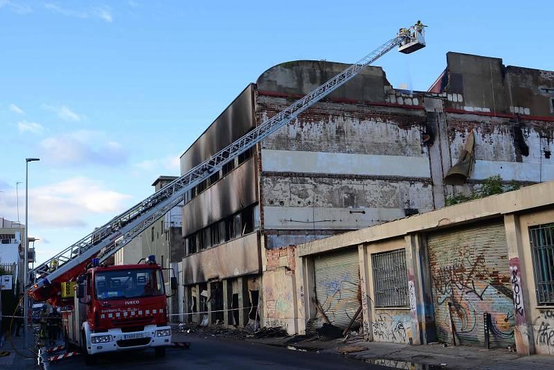 El edificio está en riesgo de colapso y el acceso es complicado para los efectivos
