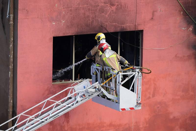 Los bomberos ya tienen controlado el incendio en la nave abandonada
