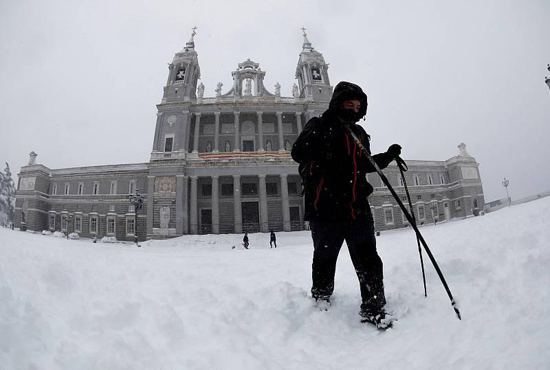 Una persona esquía en las inmediaciones de la Catedral de la Almudena, en Madrid.