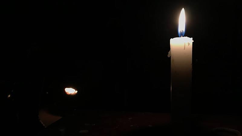 Las velas son la alternativa más habitual a la iluminación en la Cañada Real estos días