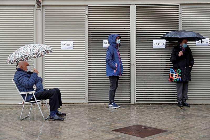 Colas en los colegios electorales de Cataluña