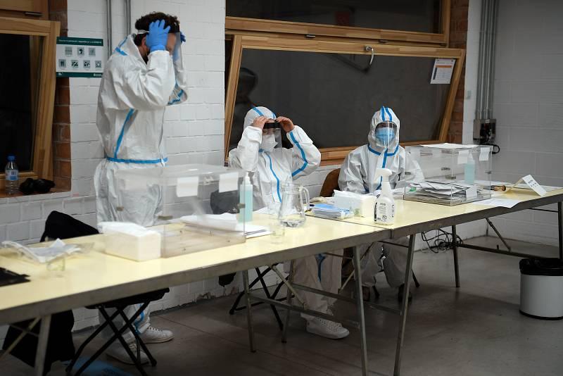 Miembros de las mesas electorales se visten con los equipos de protección
