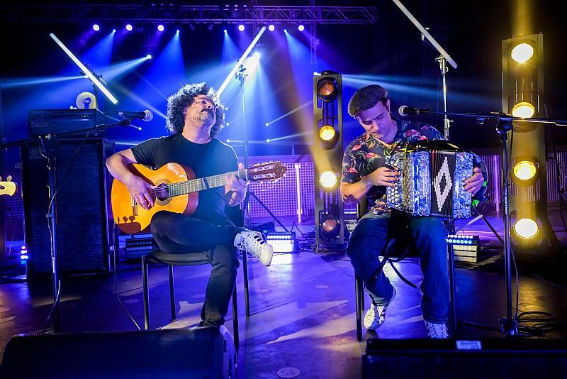 Muchacho amb guitarra i Joan Garriga amb acordió a 'Efecte Collins'