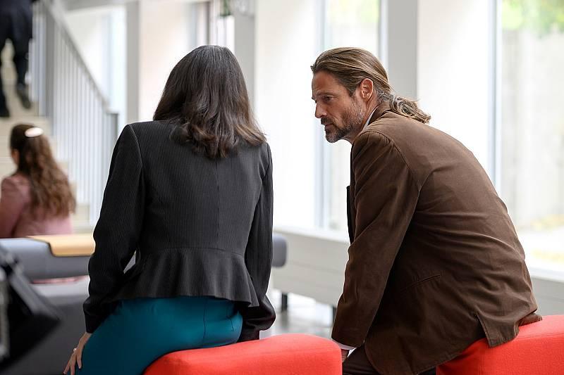 Mike le confiesa a Inés que es seropositvo