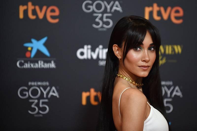 La cantante Aitana, de Versace, arrasa en la alfombra roja de los Goya
