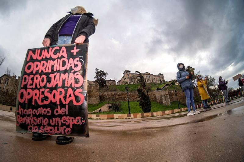 Una mujer sostiene un cartel en Toledo