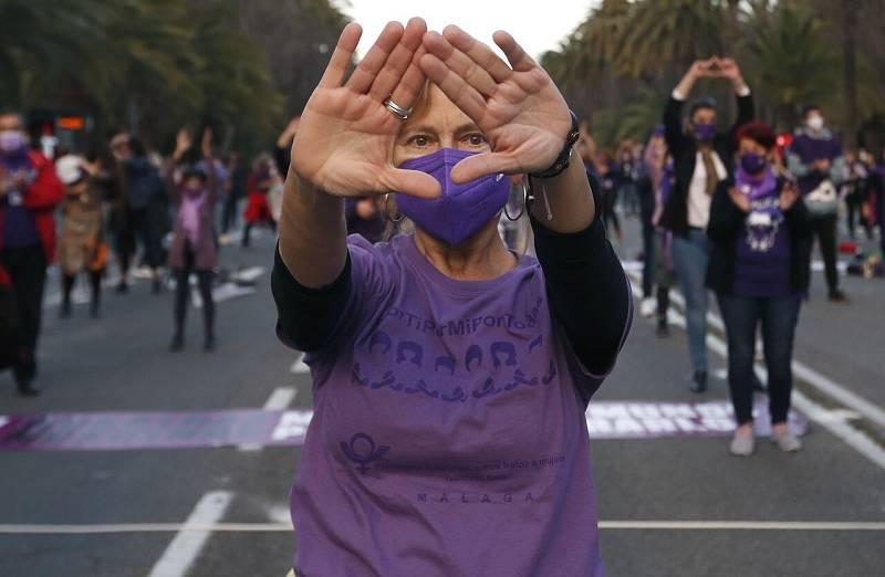 Una mujer se manifiesta por el 8M en Málaga