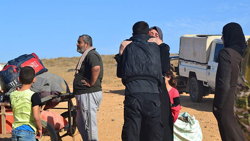 Un chico abraza a su madre al volver de Jordania