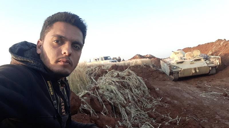 Un autorretrato de Mohamed Okba mientras cubría la guerra en Siria
