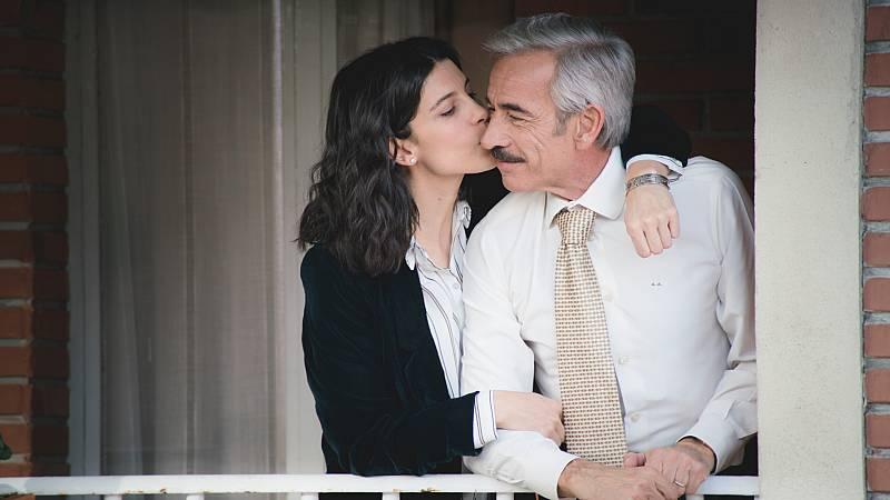 Inés da un beso muy enternecedor a su padre
