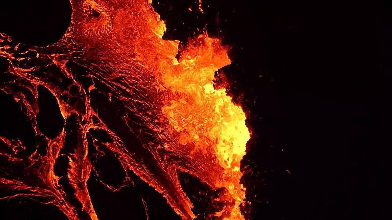 Se ha registrado esta noche a unos 40 kilómetros de la capital islandesa, Reykjavik, con una fisura de unos 500 metros de largo y un kilómetro cuadrado de lava.