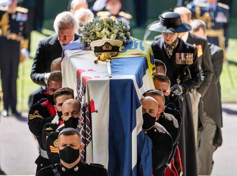El ataúd con el cuerpo del duque de Edimburgo entra en la capilla de San Jorge.