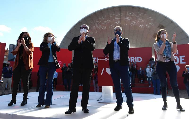 El candidato socialista a la Presidencia de la Comunidad de Madrid, Ángel Gabilondo; junto al secretario de Estado de Deportes, José Manuel Franco; y la ministra de Industria, Reyes Maroto, entre otros, celebra el acto de arranque de campaña en el Au