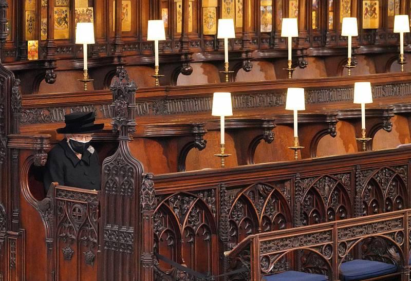 Isabel II, sentada sola durante el funeral de su esposo Felipe de Edimburgo