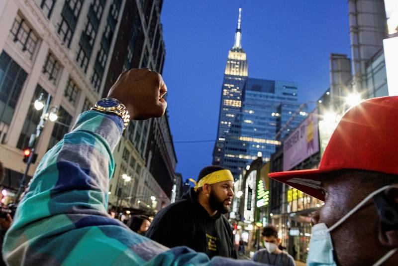 La gente reacciona después de que se conociese el veredicto en una calle en el centro de Nueva York