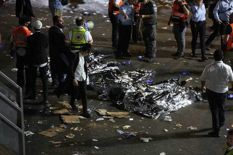 Los cuerpos de varias víctimas de la estampida yacen en el suelo. Decenas de miles de personas celebraban la festividad religiosa de Lag BaOmer en el monte Meron, norte de Israel. Era la primera celebración masiva autorizada desde el comienzo de la p